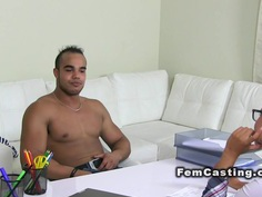 Muscled guy bangs female agent